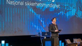Anette Tjaberg taler fra scenen.