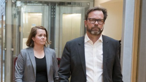 Hydros finansdirektør Eivind Kallevik og Bente Hoff fra sikkerhetsmyndighetene redegjorde tirsdag for hendelsen.