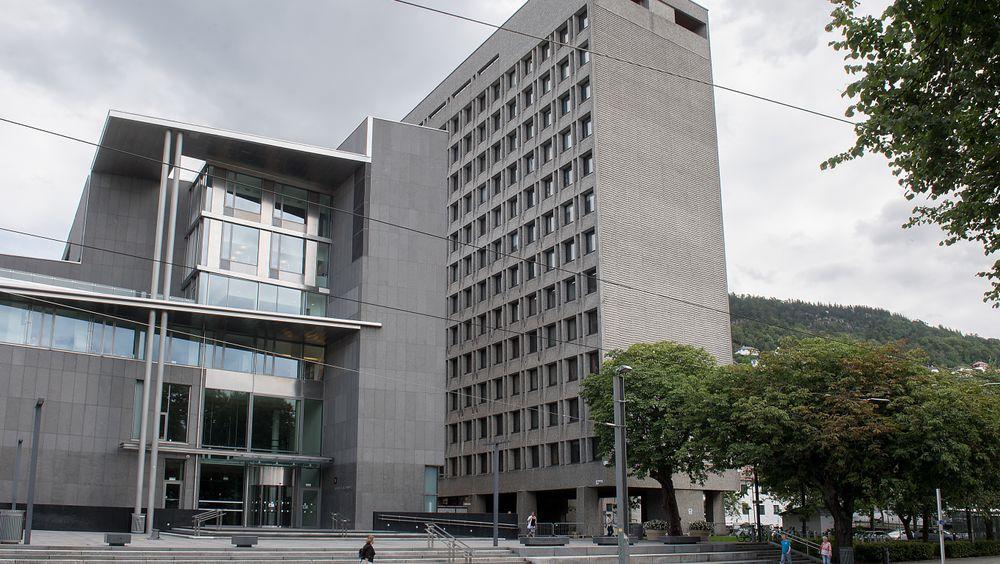 Ombyggingen av Bergen rådhus (til høyre) er foreløpig blitt stoppet av Arbeidstilsynet som påpeker flere mangler ved planene.
