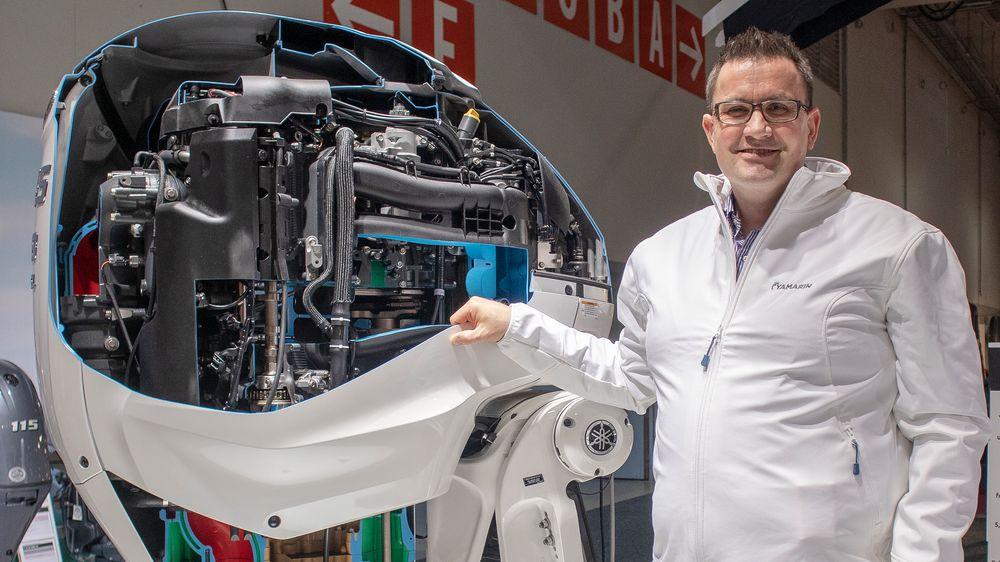 Yamahas nordiske salgssjef, Iver Strand, viser fram innsiden av produsentens nye 425-hester. Den har 180 bars høytrykk direkteinnsprøyting av bensin rett i sylinderne.