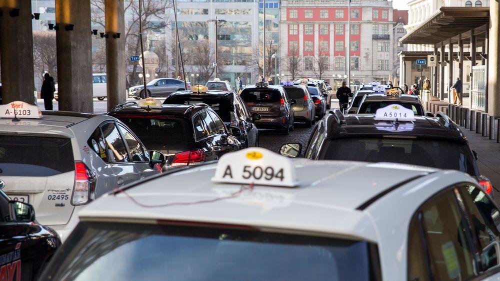 Her på drosjeholdeplassen ved Oslo S skal drosjene etter hvert kunne hurtiglade uten å koble i kabel.