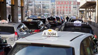 Nå skal drosjene i Oslo hurtiglade trådløst mens de venter på nye passasjerer