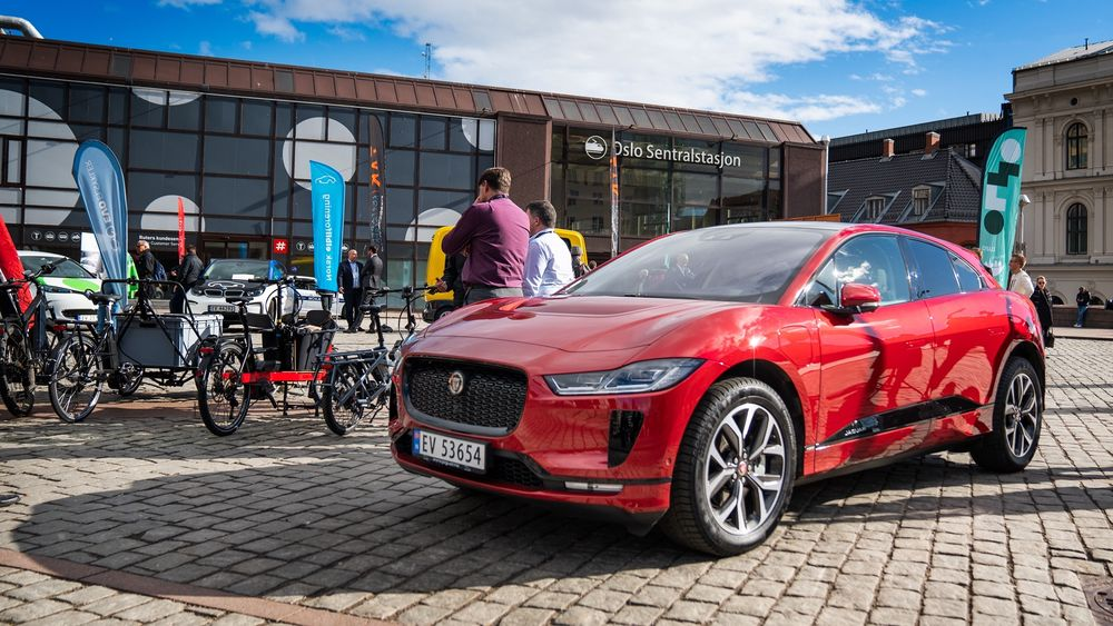 Jaguar I-Pace pryder plassen foran Oslo S i forbindelse med Nordic EV Summit som arrangeres torsdag og fredag.