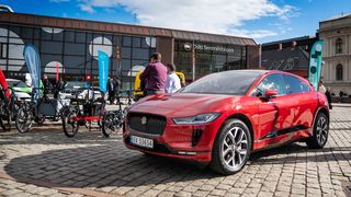 Jaguar I-Pace skal brukes for å teste trådløs lading av drosjer i Oslo.