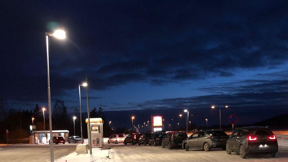 Transportøkonomisk institutt har beregnet at antall elbiler i Norge vil stige fra 200 000 i dag til 1,2 millioner i 2025. Mange opplever allerede nå ladeangst på grunn av kø ved ladestasjonene. Denne køen ble fotografert ved en ladestasjon langs E18 like før jul.