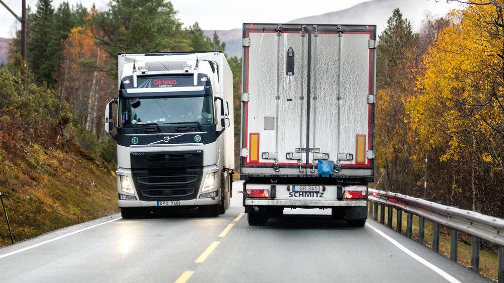 Senterpartiet vil at vogntogsjåfører skal kunne bevise at de har vært gjennom glattkjøringskurs for å få lov til å kjøre på norske veier. Her møtes to laksetrailere mellom Orkanger og Frøya i sør-Trøndelag.