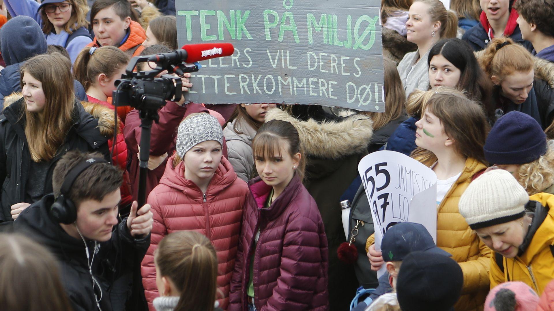 15.000 ungdommer og barn hadde møtt opp på Eidsvolds plass. Noen kom sammen med foreldrene sine. (Foto: Erik Martiniussen).