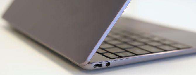 Nærbilde av USB-C-port og 3,5 mm hodetelefonutgang på Huawei Matebook 13.