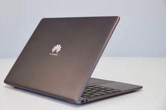 Huawei Matebook 13 bakfra. En stor Huawei-logo synes på baksiden av skjermen.