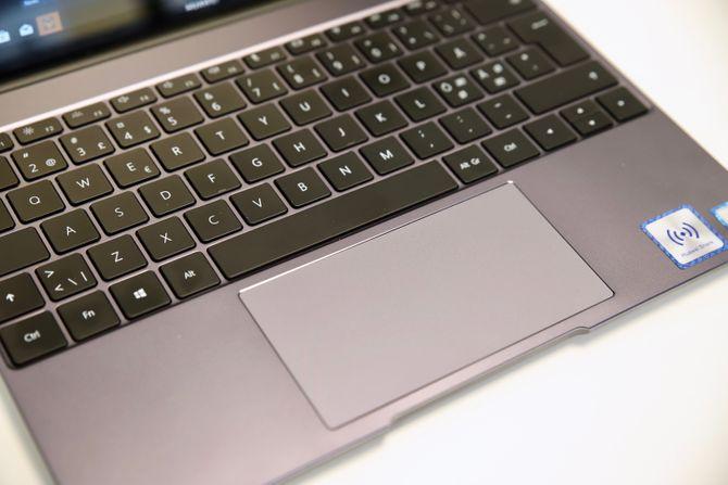 Nærbilde av tastaturet og pekeplaten.