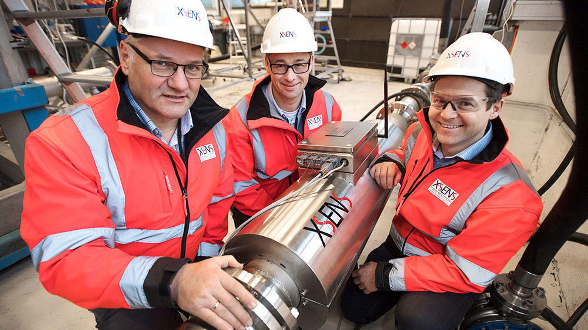 Magne Husebø, Remi Kippersund og Kjell Rune Toftevåg i Xsens viser frem XACT. Flowmålersystemet har fått den prestisjetunge Spotlight-prisen fra OTC.