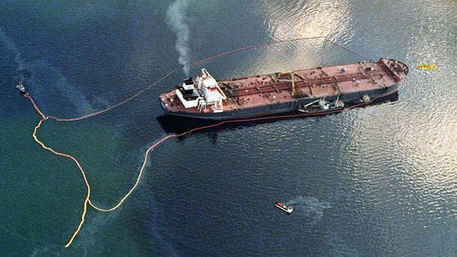 Oljelenser rundt Exxon Valdez i Prins Williamsundet i Alaska. Skipet grunnstøtte på Barrier Reef 24. mars 1989.