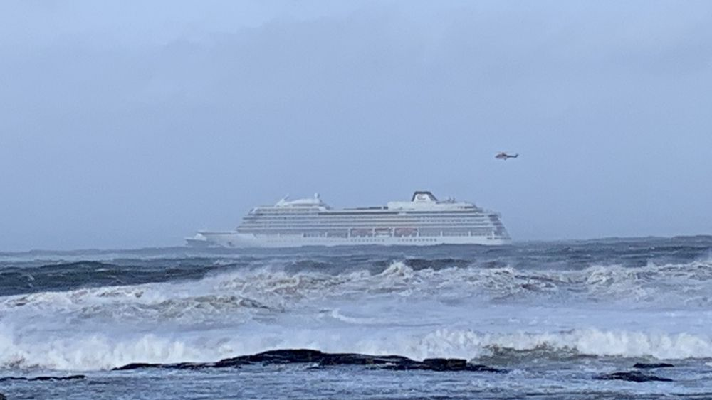 Cruiseskipet Viking Sky har sendt ut mayday-melding, og det driver mot land, opplyser Hovedredningssentralen.
