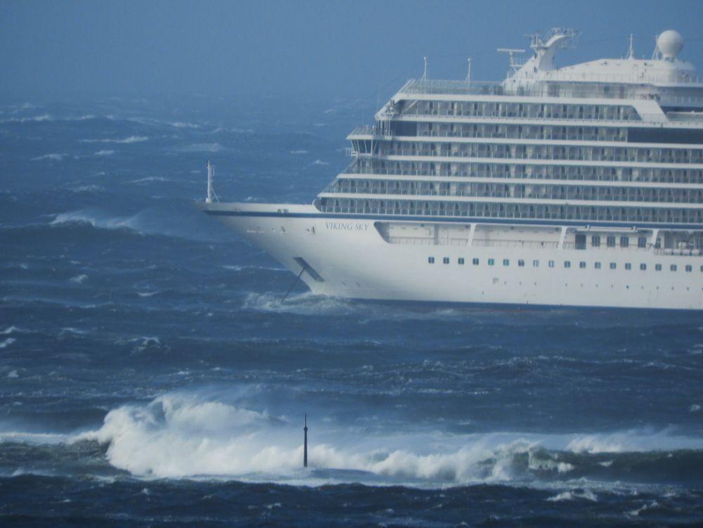 Cruiseskipet Viking Sky. Det er kraftig uvær på stedet.