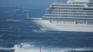 Nå slepes cruiseskipet mot land