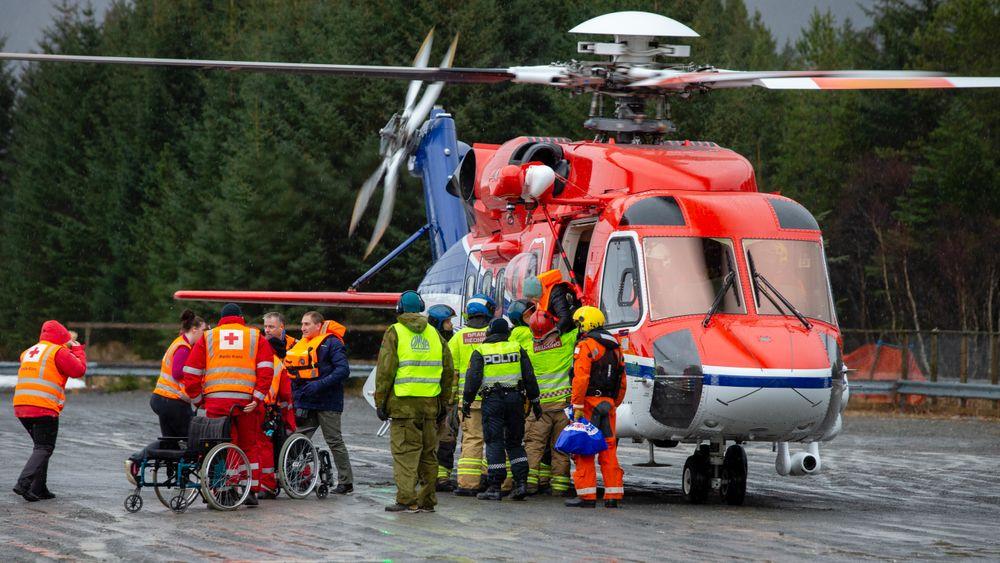 Evakuerte passasjerer fra Viking Sky ankommer Brynhallen med helikopter søndags formiddag.