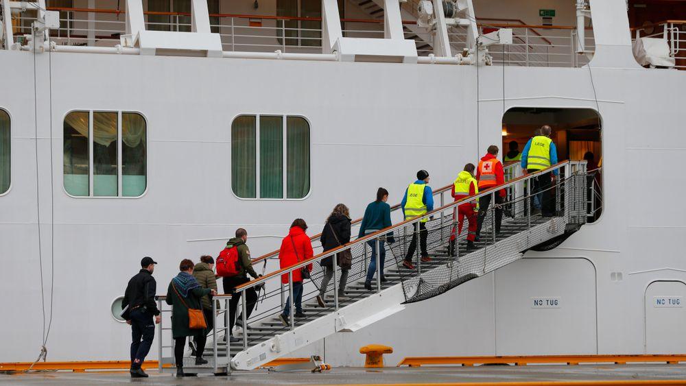 Cruiseskipet Viking Sky sendte lørdag ettermiddag ut mayday-melding, og drev mot land. Redningssentralen sendte flere helikoptre og fartøy mot stedet.