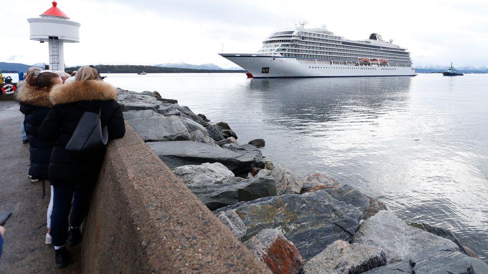 Sjøfartsavdelingen i Statens Havarikommisjonen er mandag på plass i Molde for å finne ut hva som galt da Viking Sky fikk motorstans i Hustadvika lørdag. Den amerikanske havarikommisjonen vil også delta i undersøkelsene. Her ankommer cruiseskipet Molde søndag.
