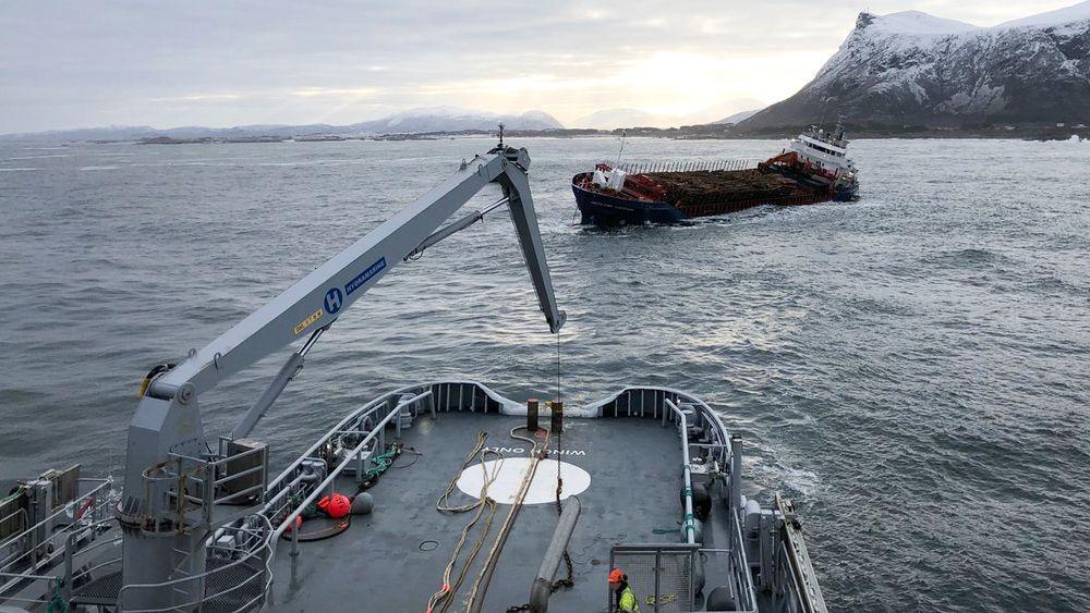 Kystvaktskipet KV Harstad bistår med å klargjøre Hagland Captain for slep i Hustadvika. Båten finkk motostopp lørdag kveld i det dårlige været.