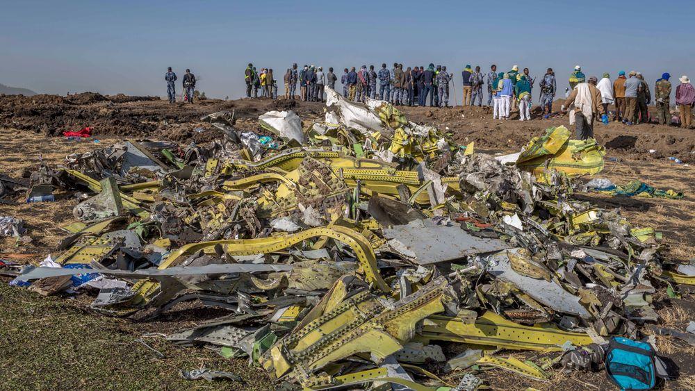 Vrakdeler fra stedet der flyet fra Ethiopian Airlines styrtet sør for Etiopias hovedstad Addis Abeba søndag 10. mars. Nå reiser ID-eksperter fra Kripos for å bistå i arbeidet med å identifisere de 157 som døde i ulykken.