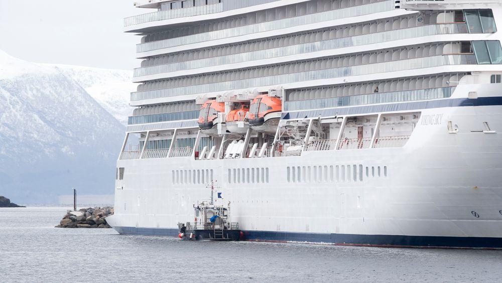 Skipssiden på cruiseskipet Viking Sky blir undersøkt. Dykkere skal og undersøke skroget.Båten ligger i havn i Molde.