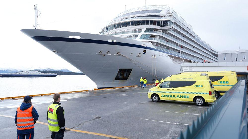 Inspektører har vært om bord i Viking Sky hele mandag. Jakten på ulykkesårsaken fortsetter tirsdag.