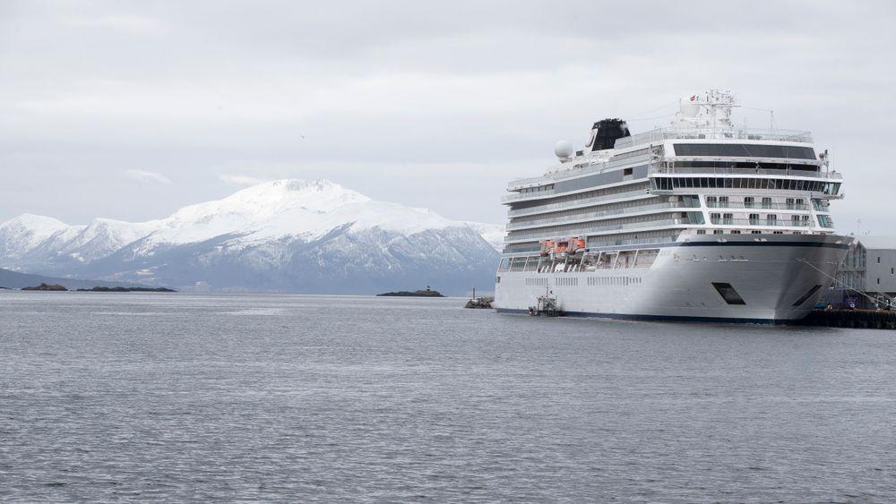 Cruiseskipet Viking Sky ligger i Molde havn.
