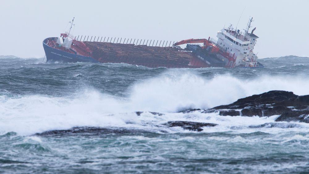 Hagland Captain fikk sluppet begge ankrene lørdag kveld og lå trygt til slepet kom i gang mandag morgen. Det var aldri nær havbunnen, og det var derfor ikke fare for grunnstøting og oljesøl slik skipet lå.