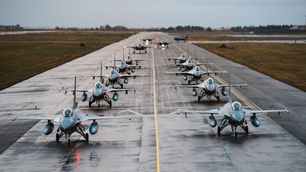 F-16 forbereder seg på å fly julestjerneformasjon fra Ørland i desember i fjor.