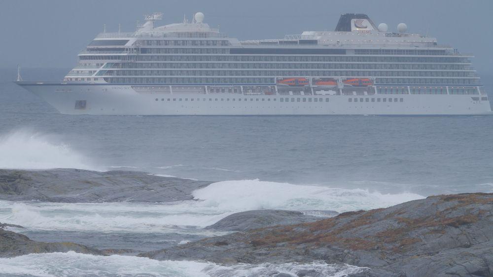 En av de to losene som var om bord i Viking Sky, reagerer på spekulasjonene som kommer rundt motorhavariet til Viking Sky. Her er cruiseskipet fotografert søndag på vei mot Molde.
