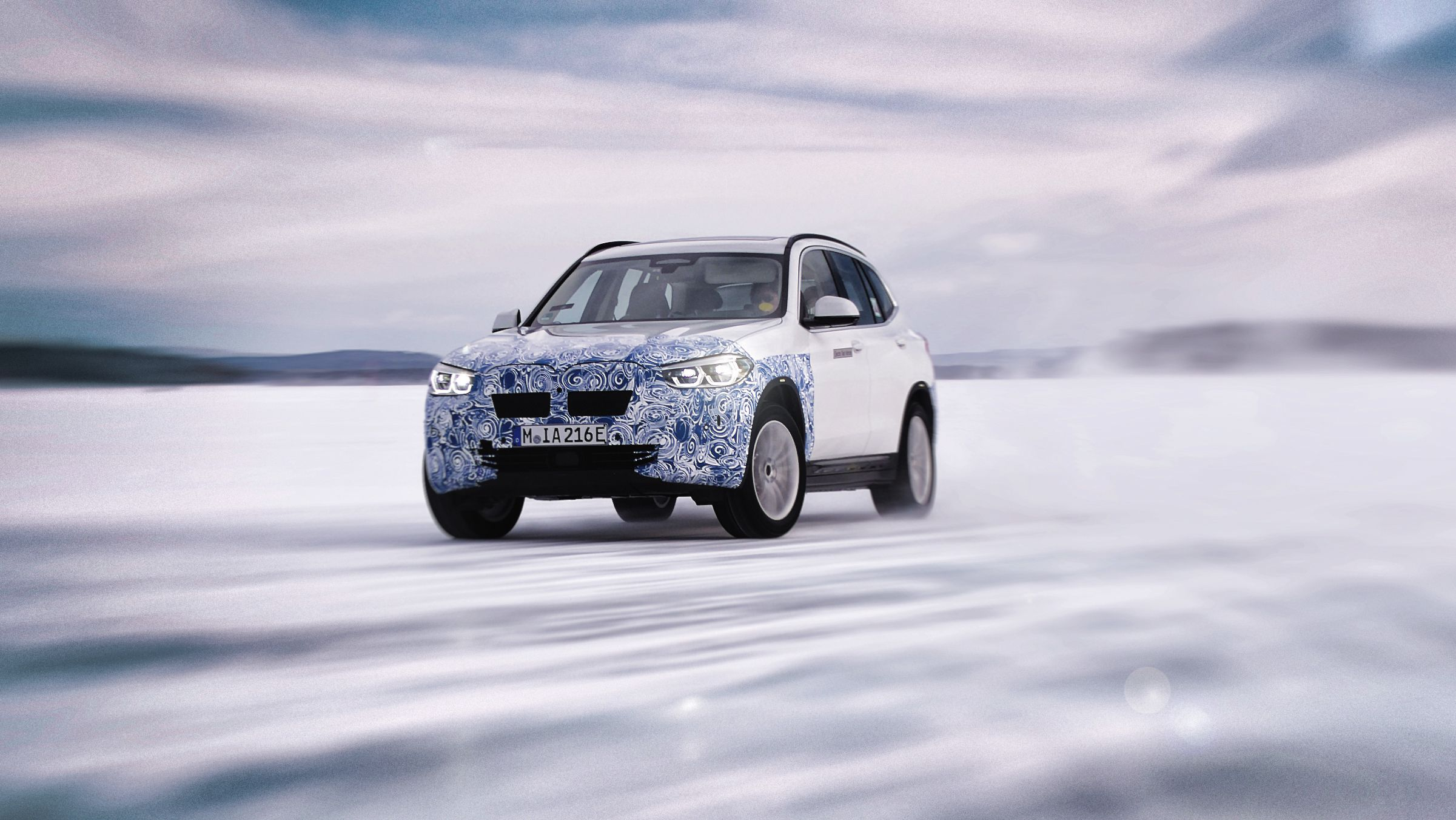 BMW viser frem den nye elbilen i4 på vintertesting i ...