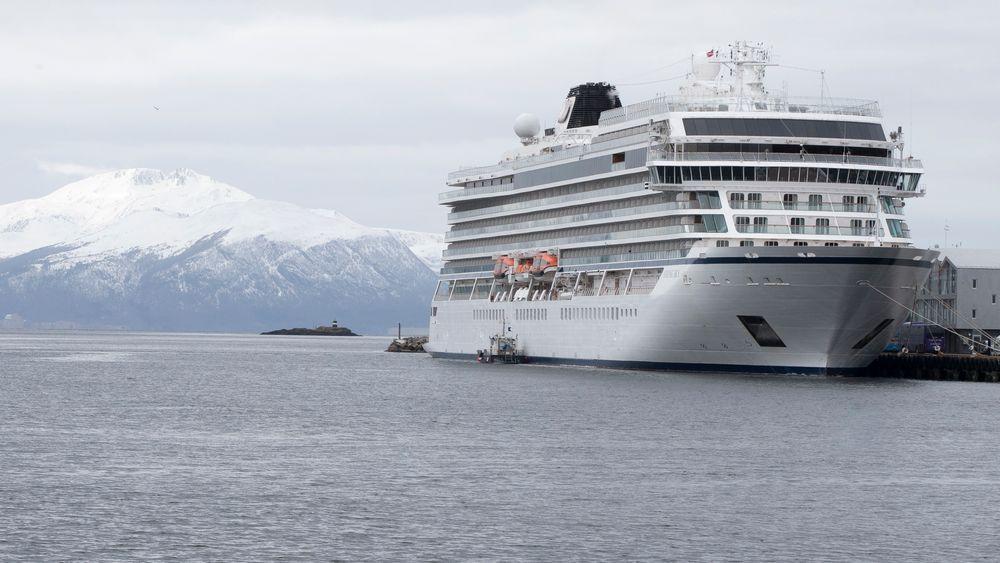 Undersøkelsene på Viking Sky er kommet godt i gang, men avhørene av mannskapet som fortsatt er om bord, er ikke kommet i gang. Her ligger cruiseskipet ved kai i Molde.