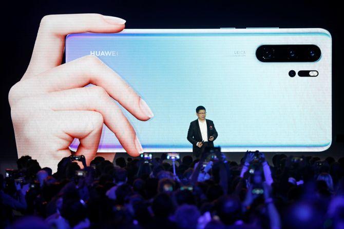 Richard Yu, CEO i Huawei viste Huawei P30 og P30 Pro på et pressearrangementi Paris den 26. mars.