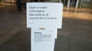 """Plakat hos Hydro som viser """"Hydro er under cyberangrep. Ikke koble pc til nettverk før ny beskjed""""."""