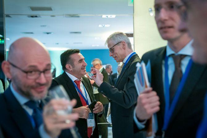 Norges skattedirektør Hans Christian Holte i samtaler med deltakerne på toppmøtet i OECDs skattedirektørnettverk i Santiago i Chile.