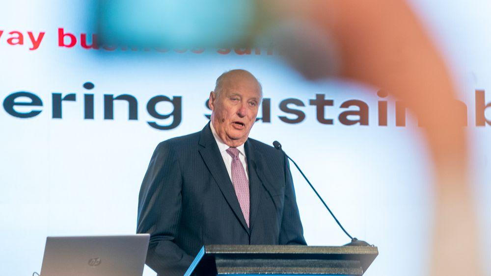 Kong Harald tok opp klima under en tale på et næringslivsarrangement i Santiago torsdag. Representanter for flere norske bedrifter var til stede i salen.