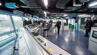 Norges største marinefartøy på plass i Bergen