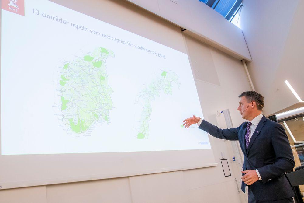 Vassdrags- og energidirektør Kjetil Lund presenterer den nasjonal rammen for vindkraft på land under et miniseminar i Oslo mandag formiddag.