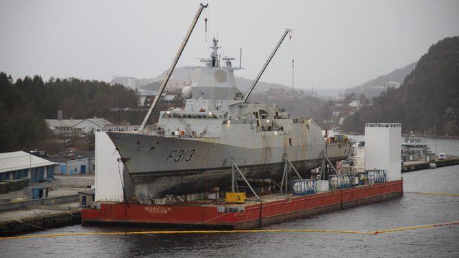 KNM Helge Ingstad ligger fortsatt på lekteren BOA Barge 33 ved Haakonsvern.