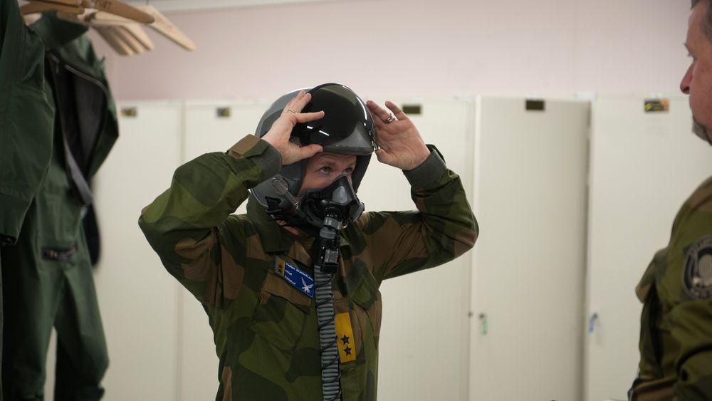 Sjef Luftforsvaret, generalmajor Tonje Skinnarland, under tilpassing av flyutstyr før turen fra Ørland til Bodø.