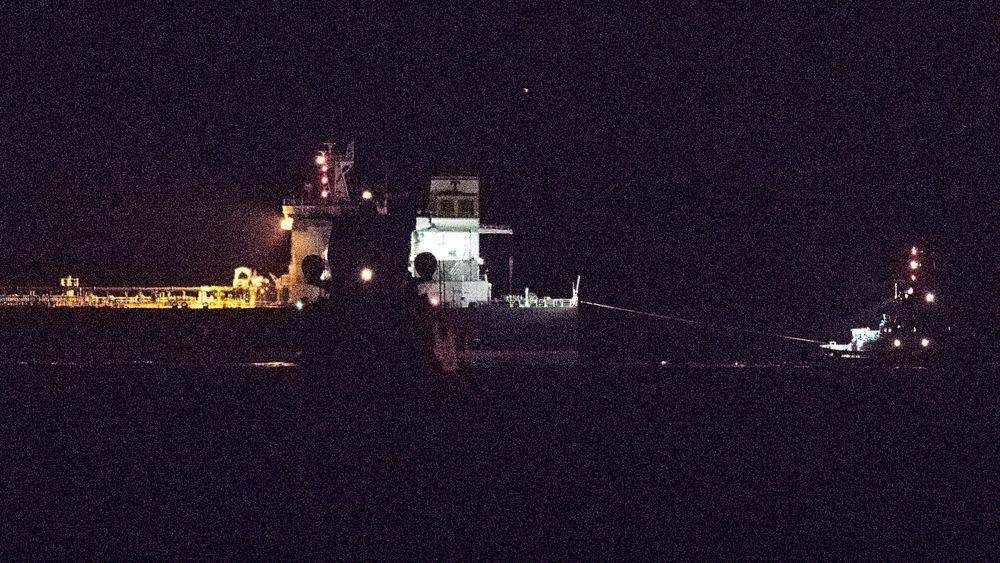 De to fartøyene KNM Roald Amundsen og Sola TS passerte hverandre på trygg avstand da de gjennomførte en observasjonsseilas natt til tirsdag.