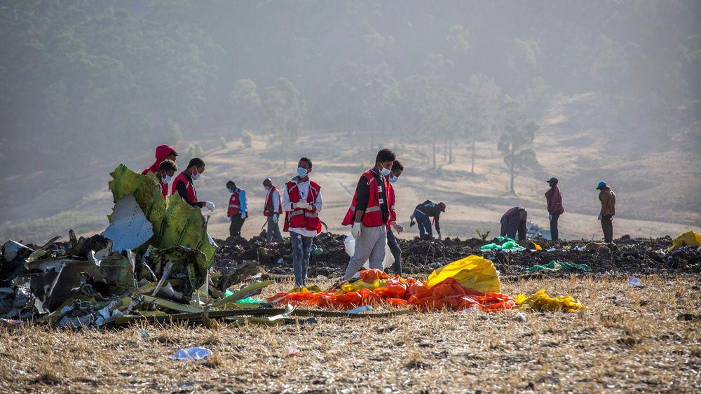 Redningsarbeidere rydder vekk vrakrestene etter at et Ethiopian Airlines-fly av typen Boeing 737 MAX 8 styrtet på vei fra Addis Abeba til Nairobi i mars.