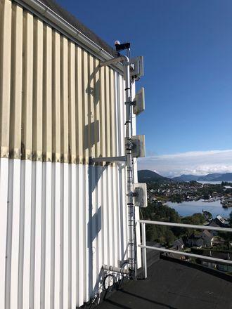 GIR SIGNALER: Denne antennen i Florø sentrum skyter nett til oppdrettslokasjoner over 20 kilometers unna i luftlinje.