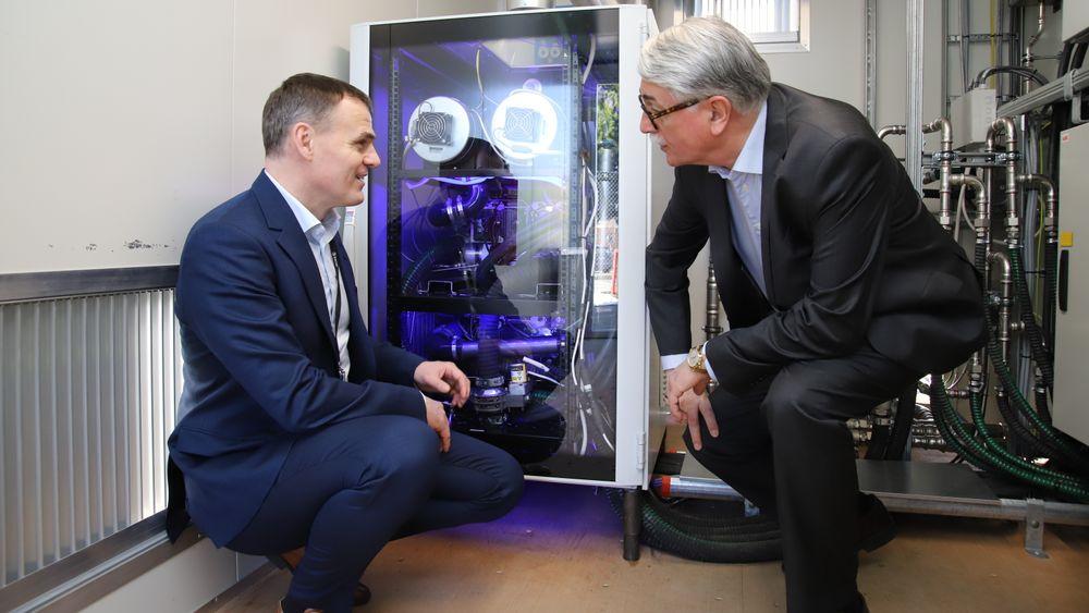 Anders Valland (Sintef OCean) og Rolf Fiskerstrand (Fiskerstrand Holding) studerer brenselcellen på 60 kW fra Hydrogenics.