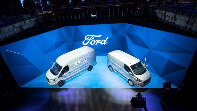 Ford viste en helelektrisk Transit varebil (venstre) og en ladbar hybrid denne uken.