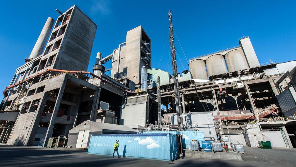 Arbeiderpartiets energi- og miljøpolitiske talsperson Espen Barth Eide mener Frp er både klimafiendtlig og industrifiendtlig når de sier nei til planene om å fange og lagre CO2.