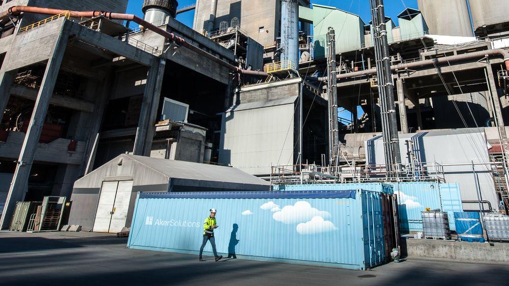 Aker Solutions og det mobile testanlegget for karbonfangst skal rense utslipp fra Preems raffineri i et pilotprosjekt. Her står testanlegget ved Norcem i Breivik.