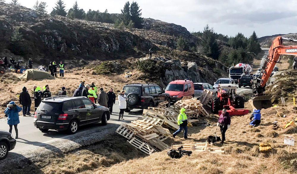Politiet har bøtelagt demonstrantenes biler som står langs veien på Frøya. Pallene ble brukt til å hindre anleggstrafikk i å kjøre forbi.