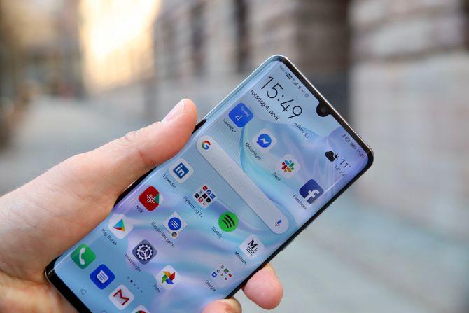 Huawei P30 Pro har en OLED-skjerm som dekker hele fronten.