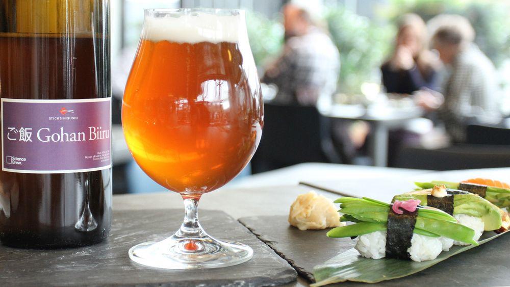 Kokt sushiris som ikke blir spist opp i løpet av dagen, er blitt råstoff til et nytt øl fra det danske universitetsbryggeriet Science Brew.